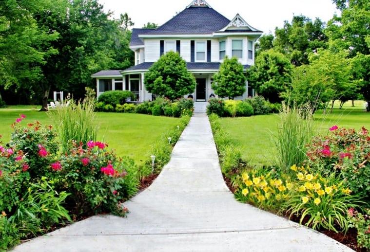 1-Thistlewood-Farm-Front-sidewalk